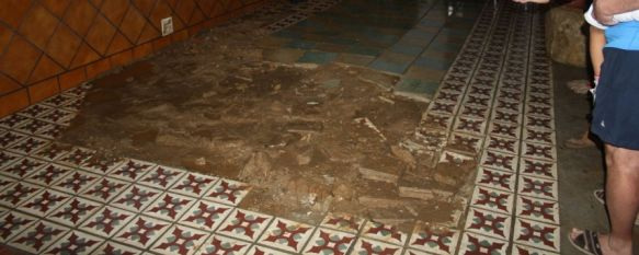 La suciedad de los arroyos provocó que se levantara el porche de una de las viviendas. // CharryTV