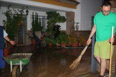 Todos los vecinos se volcaron para sacar el agua de las casas inundadas. // CharryTV