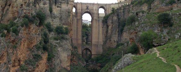 Medio Ambiente pone en marcha un dispositivo de limpieza en el Puente Nuevo y el Tajo , Según las previsiones, el miércoles se retirarán con una grúa entre cuatro y cinco toneladas de basura , 29 Oct 2012 - 17:38
