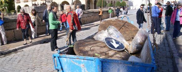 Retiran cinco toneladas de basura del Tajo, Especialistas de la empresa Soliarsa se han colgado de cuerdas para limpiar las Cornisas, 31 Oct 2012 - 19:53