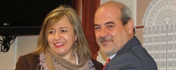 El Ayuntamiento y la Junta firman un convenio para unificar las dos oficinas de turismo, Seis técnicos atenderán a partir de ahora a los visitantes en las instalaciones del Paseo de Blas Infante, 17 Dec 2012 - 16:53