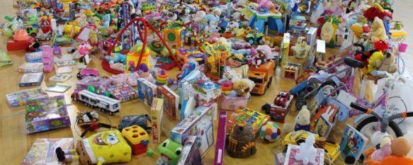 Los alumnos del Colegio Fernando de los Ríos, solidarios con los que menos tienen, Los más de mil juguetes que han donado serán repartidos por Bienestar Social y la Asociación Parroquial de la Santa Cruz, 19 Dec 2012 - 13:46