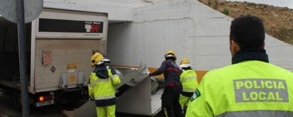 Dos camiones provocan cortes de tráfico en el Olivar de las Monjas y el Llano de la Cruz, Ambos vehículos quedaron atrapados en los puentes por los que discurren las vías de ferrocarril, 22 Jan 2013 - 17:00