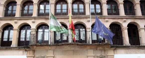 El sepelio por los dos ciclistas fallecidos será a las 17.30 horas en la iglesia de San Cristóbal, Desde esta mañana las banderas del Ayuntamiento de Ronda ondean a media asta, 11 Feb 2013 - 12:03