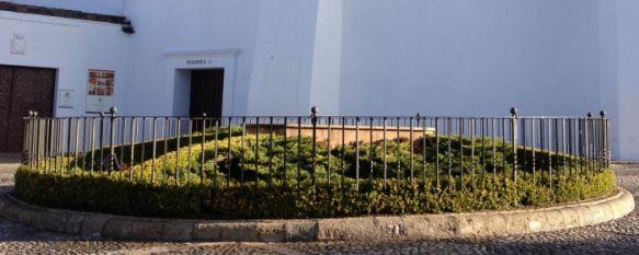 Actos vandálicos dejan el paseo de Blas Infante sin el monumento al toro de lidia, Se trata de una obra del prestigioso escultor abulense Nacho Martín, que también se está encargando de su reparación, 18 Mar 2013 - 18:51