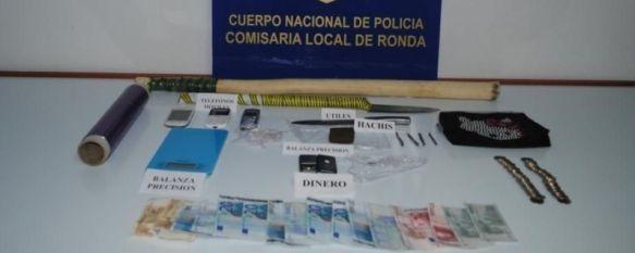 La Policía Nacional detiene a dos personas por venta de droga en La Dehesa, El registro domiciliario se saldó con la incautación de 60 gramos de hachís, dos balanzas de precisión y 438 euros en metálico, 19 Mar 2013 - 16:52
