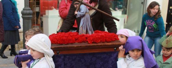 Los benjamines del Colegio Nuestro Padre Jesús recrean un desfile procesional, La actividad es ya una tradición con la que se pretende que los alumnos conozcan la cultura local, 21 Mar 2013 - 20:05