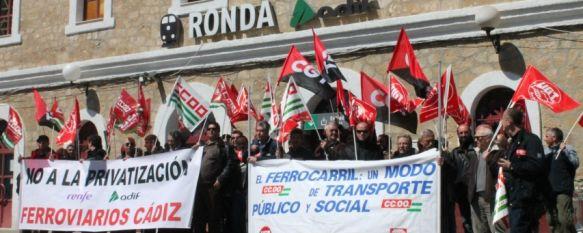Sindicatos y colectivos se concentran en la estación de Ronda en defensa del ferrocarril, Critican la supresión de dos trenes diarios que conectan a la Ciudad del Tajo con Algeciras, 22 Mar 2013 - 16:13