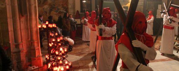 La amenaza de precipitaciones provoca que El Silencio suspenda también su estación penitencial, Santa María La Mayor acogió un impresionante Vía Crucis, por el que desfilaron cientos de personas, 28 Mar 2013 - 00:42