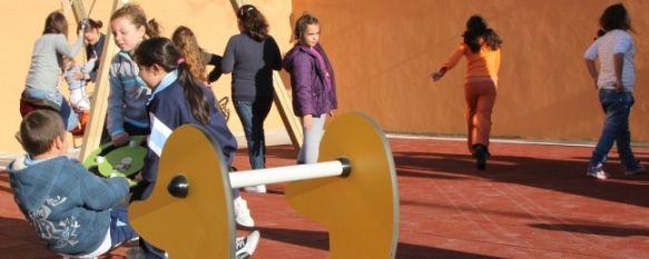 Inaugurados el nuevo parque infantil y el campo de césped artificial del Olivar de las Monjas, La actuación ha supuesto dotar a la zona de un campo de césped artificial y de un parque infantil, con una inversión de alrededor de 48.000€., 28 Mar 2011 - 20:54