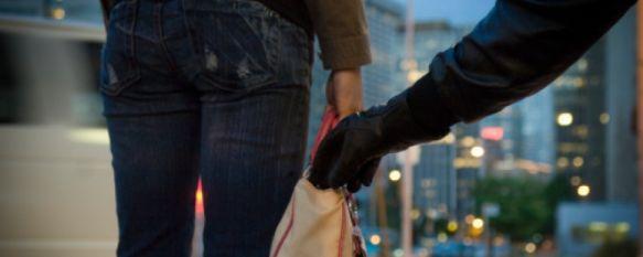 Una mujer resulta detenida en Ronda por estafar a su seguro simulando un robo, Denunció en la comisaría haber sufrido un tirón por parte de dos individuos que le arrebataron el móvil, un ordenador y una tablet, 22 May 2013 - 16:46