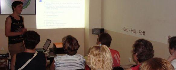 El Área Sanitaria y AYUCA ofrecen una charla informativa sobre el linfedema , El encuentro ha estado dirigido por una fisioterapeuta de la Unidad de Gestión Clínica de Aparato Locomotor, 26 Jul 2013 - 20:35