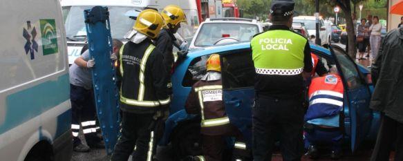 Tres heridas leves tras un aparatoso accidente de tráfico en la calle Córdoba, Según fuentes presenciales la conductora de un Ford Fiesta perdió el control tras sufrir una colisión en la parte trasera de su vehículo, 09 Sep 2013 - 20:55