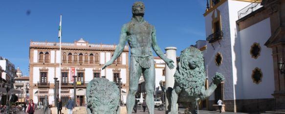 Un acto vandálico derrumba  una de las columnas de la estatua de Hércules de la plaza del Socorro, La Policía continúa con la investigación para averiguar la autoría de los hechos, que tuvieron lugar en la madrugada del sábado, 11 Nov 2013 - 14:06