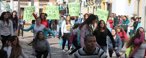 Flashmob para reivindicar los derechos de los niños, Un centenar de alumnos del IES Pérez de Guzmán han bailado en la plaza del Socorro y calle Espinel, 20 Nov 2013 - 19:53