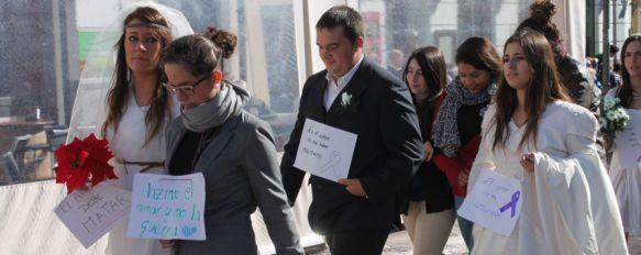 Un centenar de jóvenes se visten de novios como signo de rechazo a la violencia machista, Los alumnos del IES Pérez de Guzmán se han echado a la calle con el objetivo de transmitir distintos mensajes sobre el significado del amor , 26 Nov 2013 - 16:54
