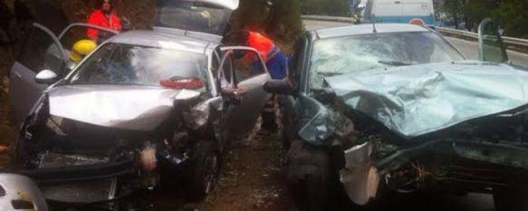 Una colisión frontal entre dos turismos en la carretera de San Pedro se salda con tres heridos, Efectivos del Consorcio de Bomberos tuvieron que excarcelar a dos personas atrapadas en un vehículo de alquiler con matrícula portuguesa, 20 Jan 2014 - 19:15