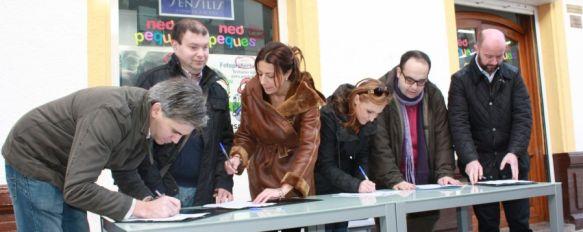 Reúnen más de 500 firmas para que la Junta reanude las obras de los nuevos accesos a la ciudad, Ayer comenzó la campaña, en la que participaron diversos colectivos y los partidos con representación en la corporación local, 26 Jan 2014 - 17:09