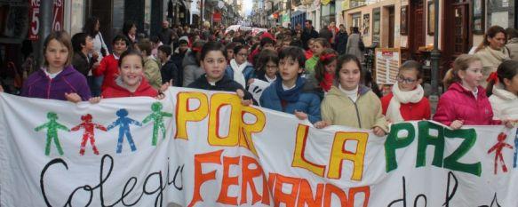 Medio millar de escolares rondeños conmemoran el Día Internacional de la Paz, Han completado una marcha a pie entre la avenida Martínez Astein y el Teatro Municipal Vicente Espinel, 30 Jan 2014 - 17:14