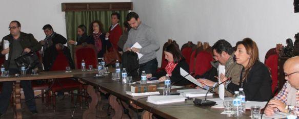 Espantá de IU y PSOE por la negativa del equipo de gobierno a debatir una moción plenaria, Los portavoces de ambas formaciones han acusado a la alcaldesa de mantener