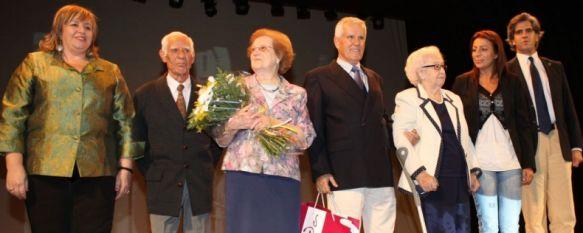 El Ayuntamiento homenajea a los mayores con una gala en el Teatro Espinel, María Lobato y Manuel Cañestro fueron premiados por una vida de esfuerzos, 03 Oct 2011 - 16:00