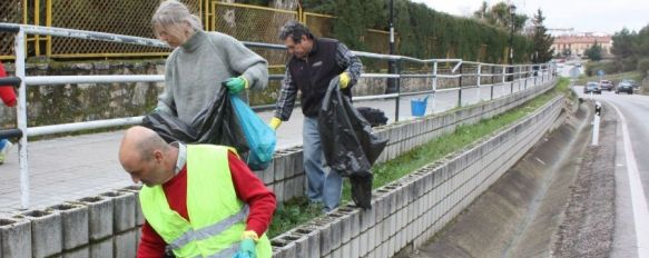 El proyecto 'Ronda Limpia' centra su última actividad en la retirada de basuras en cunetas, Medio Ambiente crea el Certificado a la Entidad Verde con el que se premiará a las empresas que mantengan una actitud ecológica, 03 Mar 2014 - 18:48