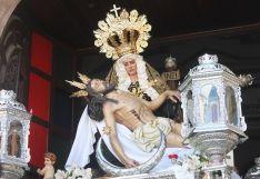 Nuestra Señora de las Angustias sostiene en sus brazos al Cristo de la Buena Muerte. // CharryTV