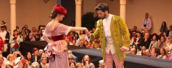 Ronda vuelve a vestirse de época en la II Pasarela Romántica, Unos sesenta modelos exhibieron los trajes de seis firmas de diseñadoras de la Serranía , 28 Apr 2014 - 20:02