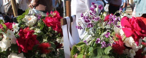 Las Cruces de Mayo volvieron a llenar de alegría y colorido la plaza de Los Descalzos, Más de un centenar de niños y jóvenes participaron en la XXVII edición del evento, que organiza la Hermandad de Las Angustias, 05 May 2014 - 17:28