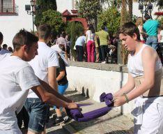 Los jóvenes preparan al milímetro todos los detalles para las Cruces de Mayo. // CharryTV