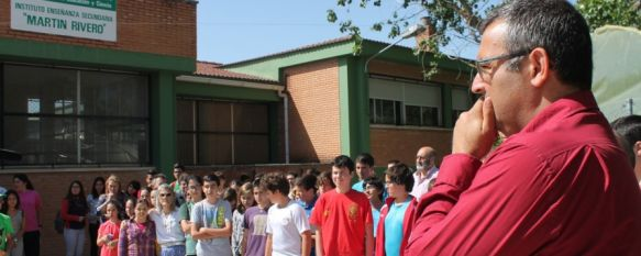 La comunidad educativa rondeña muestra su apoyo a la profesora agredida, Cientos de padres, alumnos y docentes se concentran para condenar los hechos acaecidos en el Colegio Padre Jesús, 15 May 2014 - 14:18