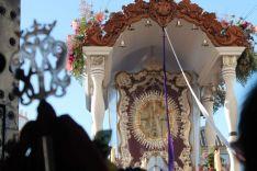 Imagen del Simpecado a las puertas de la iglesia de Villamanrique. // CharryTV