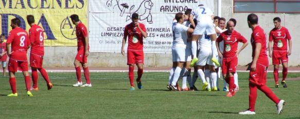 El CD Ronda se hace fuerte como local y derrota con solvencia a Los Villares (3-0), Raúl Segura, Chikini y Rubén Cervera marcaron los tantos del conjunto blanco, que suma ocho triunfos consecutivos en la Ciudad Deportiva, 14 Sep 2014 - 14:50
