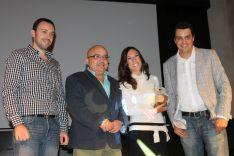Jesús Vázquez ha entregado el premio a los administradores del grupo de Facebook premiado. // CharryTV