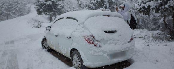 La primera nevada del año deja varias carreteras cortadas en Ronda, Unos setenta vehículos han permanecido atrapados durante buena parte de la tarde en la Sierra de las Nieves y la carretera de San Pedro, 20 Jan 2015 - 20:18