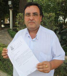El presidente del C.D. Ronda, Fermín Villodres, muestra orgulloso el documento.  // Manuel Guerrero