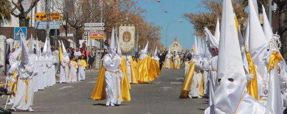 Nazarenos de fila de La Pollinica, en la bajada de calle Sevilla.   // CharryTV