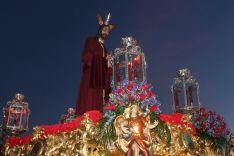Nuestro Padre Jesús de la Salud, a su paso por el Puente Nuevo.  // CharryTV