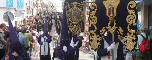 El Viernes Santo arranca con la luz y el luto de Las Angustias, La Hermandad ha contado con la presencia de numerosas mujeres ataviadas con el traje de mantilla y unos 360 nazarenos, 03 Apr 2015 - 13:35