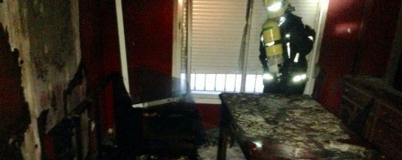 Un incendio calcina una vivienda del Olivar de las Monjas, El siniestro se originó en el salón y por fortuna sólo ha provocado daños materiales, 09 Apr 2015 - 12:03
