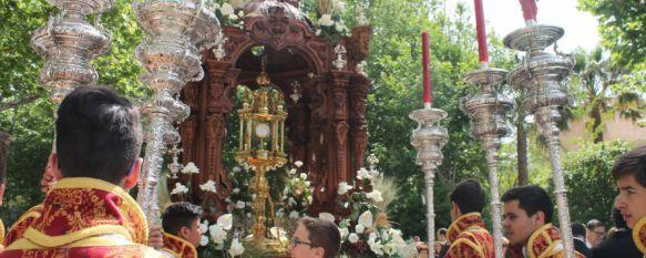 Devoción y sobriedad en la celebración del Corpus Christi, El paseo central de la Alameda del Tajo ha sido decorado con 22 alfombras florales y juncias, 07 Jun 2015 - 13:23