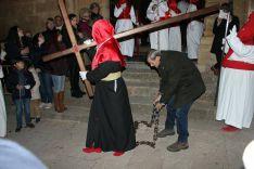 Hermanos penitentes portan cruces y cadenas  // CharryTV
