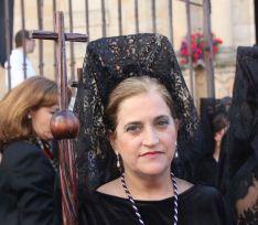 Un nutrido grupo de mujeres de mantilla acompañan a la Virgen de las Angustias  // CharryTV
