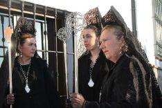 Mujeres de mantilla acompañando a la Titular mariana de la Hermandad // CharryTV