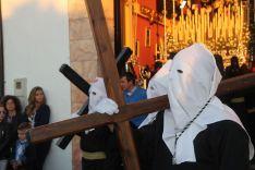 Un penitente de la Hermandad del Santo Entierro, portando una pesada cruz // CharryTV