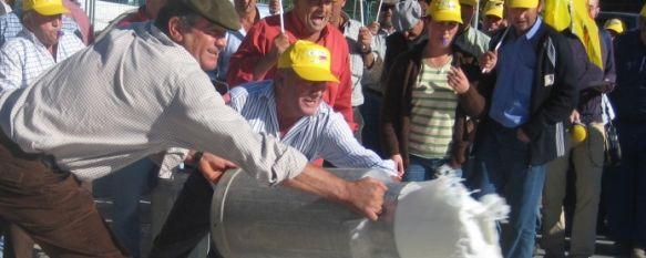 Un centenar de ganaderos bloquea la fábrica de quesos Arias del Polígono El Fuerte, El dinero que perciben por la leche no les permite cubrir los costes de producción., 04 Nov 2010 - 20:37