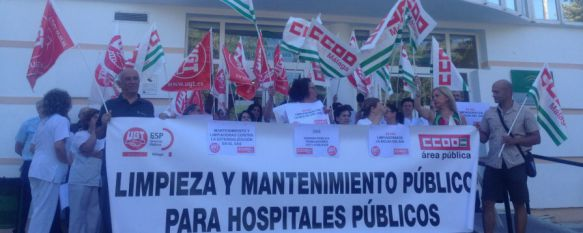 Protesta a las puertas del Hospital por los servicios de limpieza y mantenimiento , Ha sido convocada por los sindicatos UGT y CCOO que también han defendido una sanidad pública y de calidad, 14 Jun 2016 - 18:41
