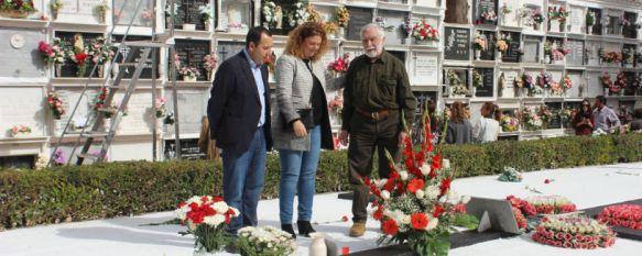 La Asociación de la Memoria Histórica realiza su homenaje a las víctimas de la Guerra Civil, La alcaldesa y el delegado del Gobierno andaluz en Málaga estuvieron presentes en el acto celebrado en el Cementerio de San Lorenzo , 02 Nov 2016 - 18:59
