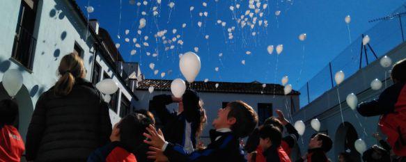 Suelta de globos blancos en el Día de la Paz en el Colegio Spínola - Sagrado Corazón , Los alumnos han conmemorado este día con una canción, un baile y peticiones con valores como el respeto y la solidaridad , 30 Jan 2017 - 19:25