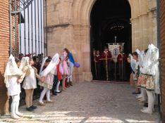 No han faltado las niñas ataviadas con el traje de mantilla. // CharryTV